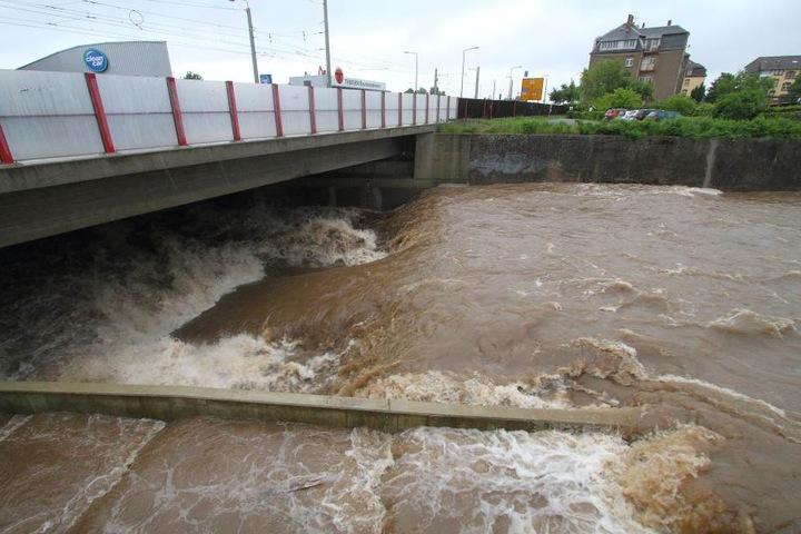 Im Juni 2016 wurde die Weißeritz durch starke Regenfälle zum tosenden Fluss.