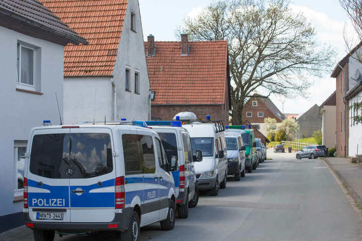 Gleich mehrere Polizeiautos standen am 4. Mai vor dem Horror-Haus.