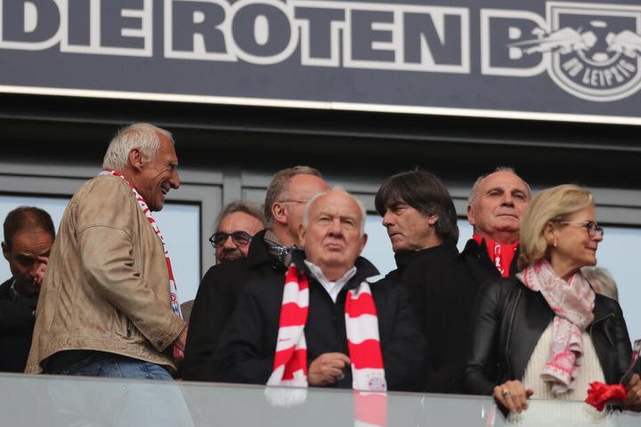 Von der VIP-Tribüne aus verfolgten Red-Bull-Mäzen Dietrich Mateschitz (l.) und Fußball-Bundestrainer Joachim Löw (3.v.r.) das Bundesliga-Topspiel in Leipzig.