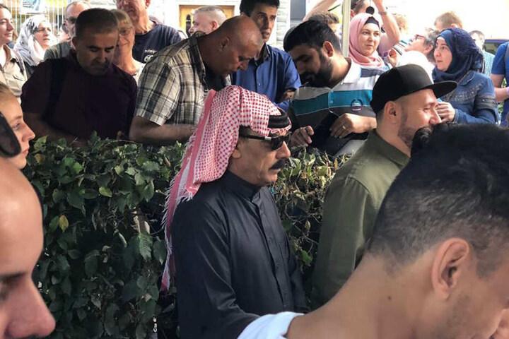 Omar Souleyman mit Kufiya und Sonnenbrille am Johannisplatz.
