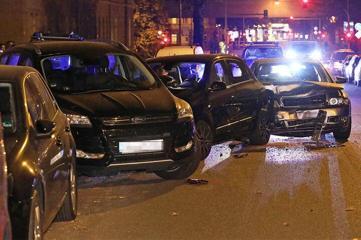 Infolge des Aufpralls wurde der Renault (Mitte) auf das parkende Auto geschoben.