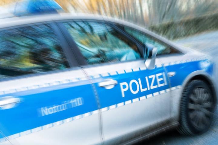 Die Beamten stellten fest, dass der Mann aufgrund dreier gültiger Haftbefehle gesucht wurde (Symbolbild).
