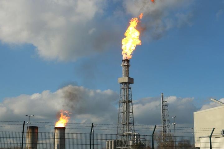Aufgrund des Stromausfalls mussten Gase aus der Produktion über zwei Hochfackeln verbrannt werden.