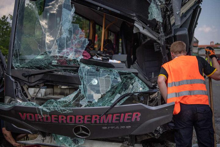Beim Zusammenstoß des Busses mit einem Laster wurden 27 Menschen verletzt.