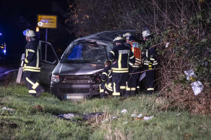 Mehrfach überschlug sich der Wagen, bis er im Graben landete.