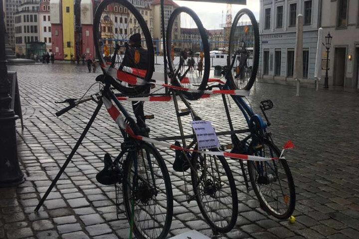 Die drei Fahrräder stehen direkt neben der Frauenkirche.