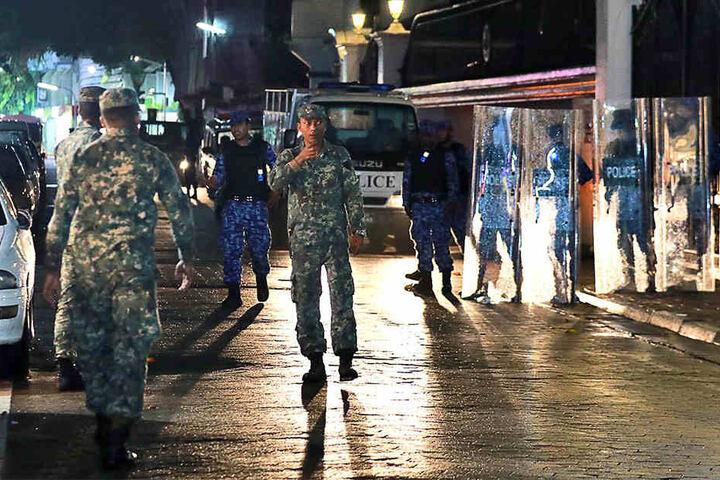 Soldaten patrouillieren in den Straßen. Grund dafür seien die wachsenden politischen Spannungen im Land, hieß es am Montag aus Regierungskreisen.