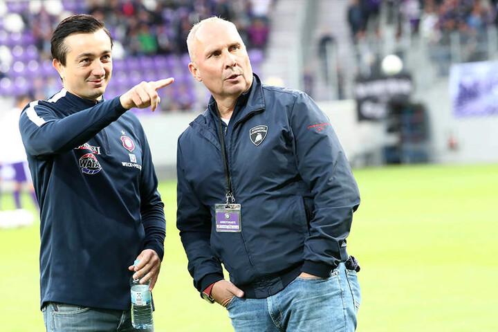 """FCE-Trainer Daniel Meyer (l.) zeigt Präsident Helge Leonhardt einen seiner Streichkandidaten - Maximilian Pronichev wird die """"Veilchen"""" wohl im Winter verlassen."""