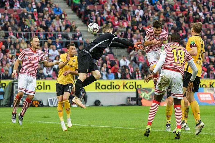 Auch wenn es fürs Ergebnis (1:8) nicht mehr relevant war: In Köln sprang Dynamo-Keeper Markus Schubert (M.) am Ball vorbei. Das passierte ihm auch zuletzt gegen Kiel.