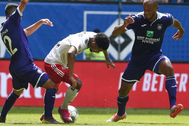 Jeremy Dudziak (Mitte) versucht sich gegen Anderlechts Anour Ait El Hady (links) und Vincent Kompany durchzusetzen.