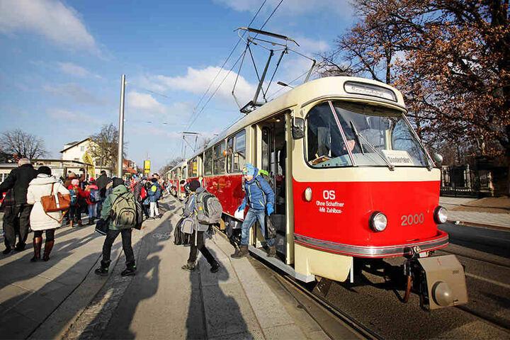 Die Fünftklässler durften in einer historischen Tatra-Bahn zu ihrer neuen Schule fahren.