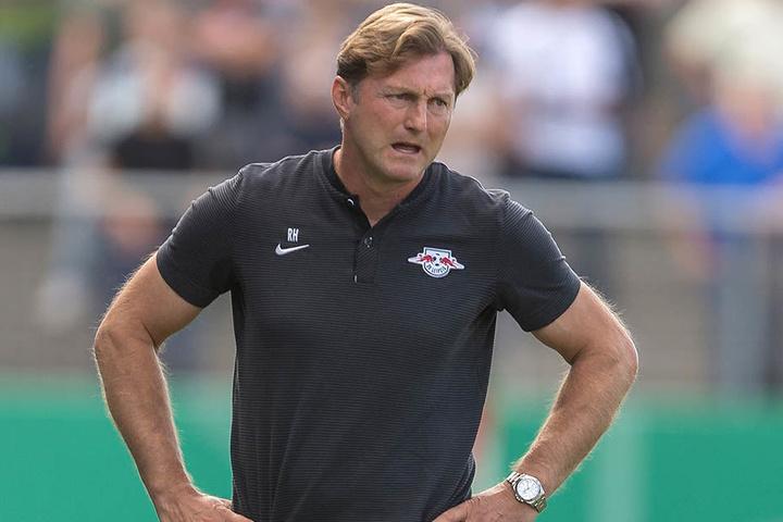 Angespannte Mine bei Leipzigs Trainer Ralph Hasenhüttl. Zwar ist sein Team durch ein 5:0 in die nächste Runde eingezogen. Zufrieden war der 50-Jährige dennoch nicht.