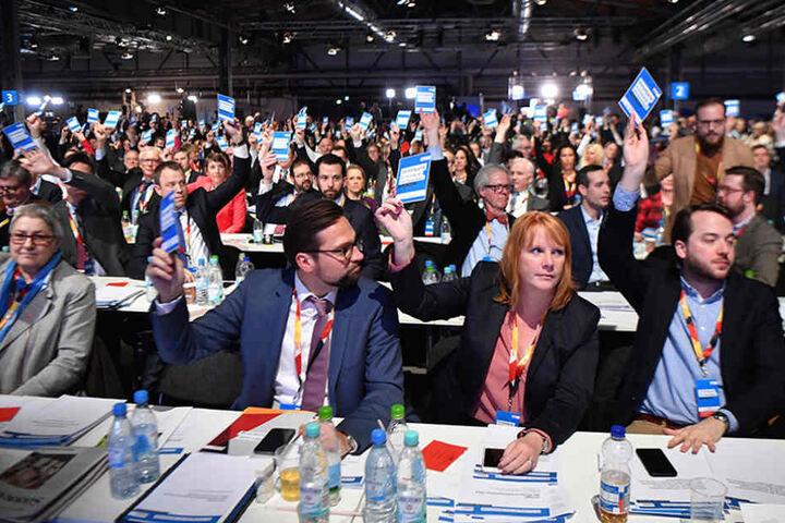 Die CDU-Delegierten stimmen beim 30. Parteitag der Christlich Demokratischen Union Deutschlands (CDU) ab.
