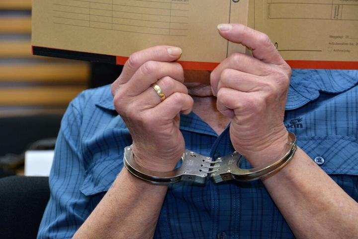 Einer der Angeklagten im Prozess vor dem Landgericht in Hanau.