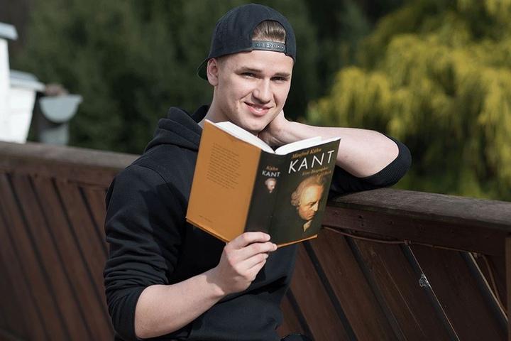 Neben Schule und Musik soll die Freizeit nicht zu kurz kommen. Zu Hause liest der Schüler auch gern mal ein Buch zur Entspannung.