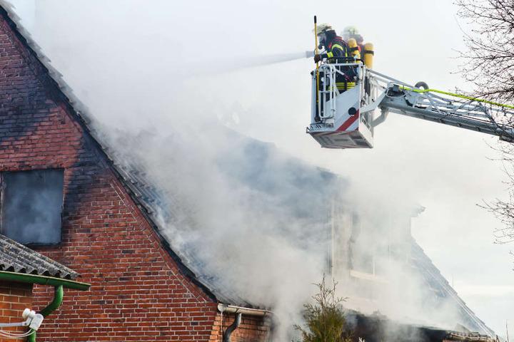 Zwei Hausbewohner erlitten bei dem Feuer eine Rauchgasvergiftung. (Symbolbild)