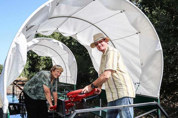 Die Draisinen lassen mittels Fahrrad-Pedalen oder Hebel bedienen: Die Eltern der Betreiber, Uta (63) und Werner Schwanebeck (64), zeigen wie es geht.