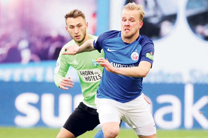 Wieder fit! Jan Koch (hint., gegen den Rostocker Marcel Hilßner) ist im Spanien-Camp mit von der Partie.