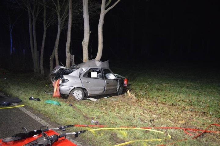 Der Fahrer war auf der B58 im Kreis Wesel gegen einen Baum geprallt.
