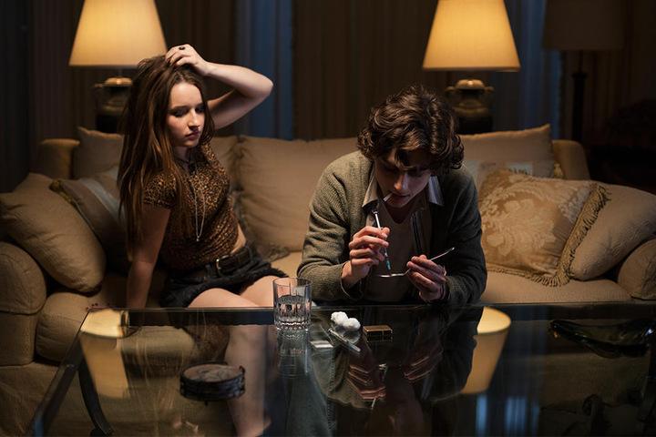 Nic (Timothèe Chalamet) nimmt mit seiner Freundin Lauren (Kaitlyn Dever) schwere Drogen.
