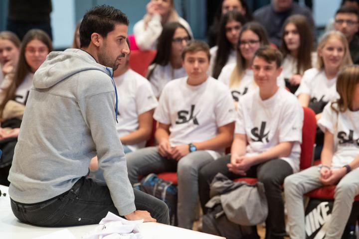Den 50 Jungs und Mädchen stand Khedira Frage und Antwort.