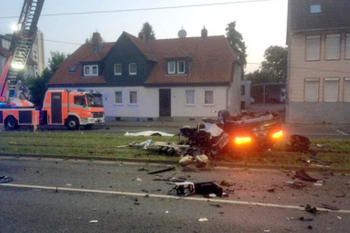 Einsatzkräfte räumten nach dem tödlichen Unfall die Straße.