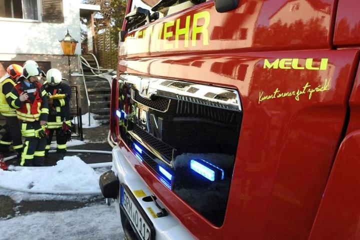 """""""Kommt immer gut zurück"""" steht unter dem Namen """"MELLI"""" auf der neuen Feuerwehr. Patin des Löschfahrzeugs ist Ex-Dschungelkönigin Melanie Müller."""