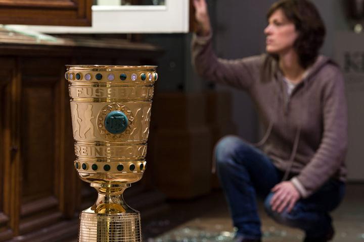 Zwei Reproduktionen des DFB-Pokals wurden gestohlen.