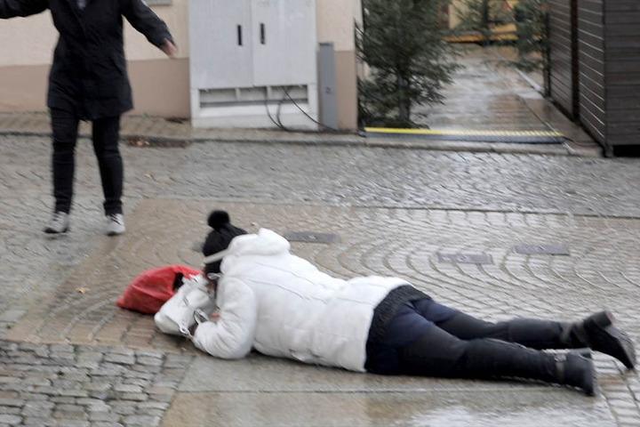 Keine Chance auf spiegelglatten Wegen: So wie hier in Zwönitz stürzten zahlreiche Menschen infolge des Blitz-Eises.