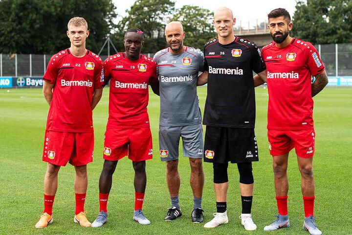 B04-Coach Peter Bosz (M.) mit den Neuzugängen Daley Sinkgraven (l.), Moussa Diaby (Zweiter von links), Niklas Lomb (Zweiter von rechts) und Kerem Demirbay (r.).