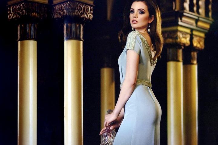 Eine wunderschöne Frau in einem wunderschönen Kleid - Sophia Koch (20)  posiert in einer Abendrobe aus Dorothea Michalks aktueller Kollektion.