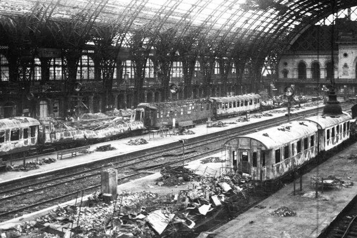 Der Hauptbahnhof war ein wichtiges Ziel. Über den Bahnknoten Dresden lief damals der militärische Nachschub für die Ostfront.