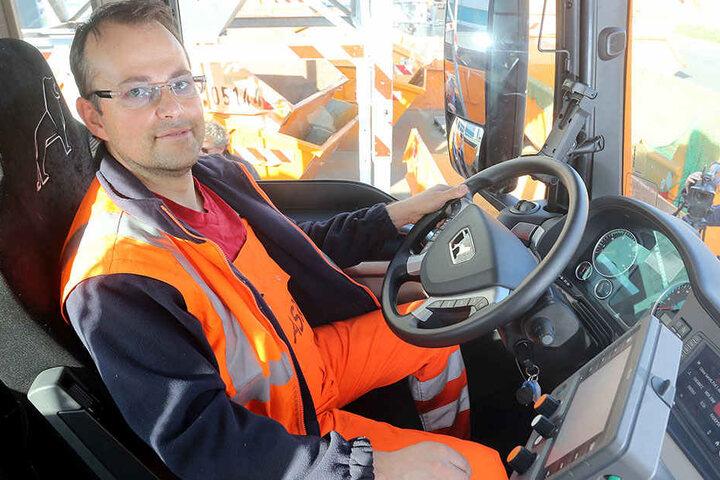 Mitarbeiter Alexander Klemm sitzt im neuen Schneepflug. Kosten: 280.000 Euro.