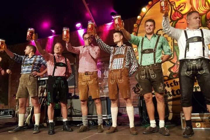Na, wer hält den Bierkrug am längsten? Am Ende der Mann ganz rechts!
