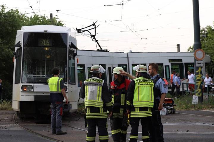 Einsatzkräfte der Feuerwehr kümmerten sich um die Fahrgäste der Unfallbahn.