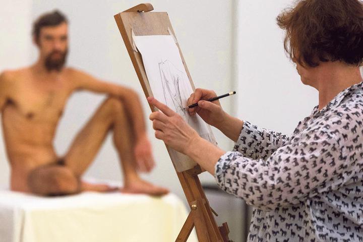 Ein männlicher Akt im Albertinum, Zeichnerin Heike Dittrich (53) schaut  genau hin.