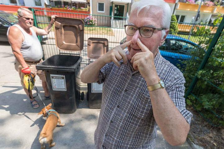 Das stinkt: Werner Klemm (73) empfindet vergammelten Biomüll als Belästigung.