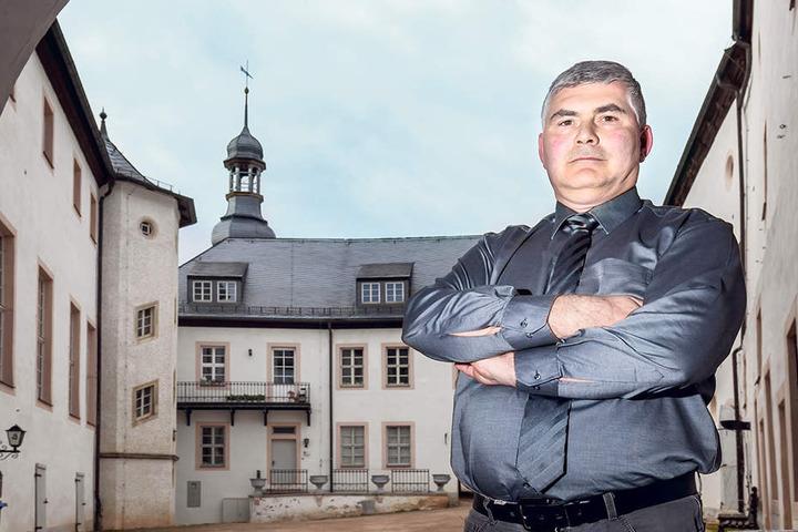 Bürgermeister Tino Kögel (46, parteilos) vor dem Wildenfelser Schloss, das auf den  Radon-Gehalt in der Luft geprüft werden muss.