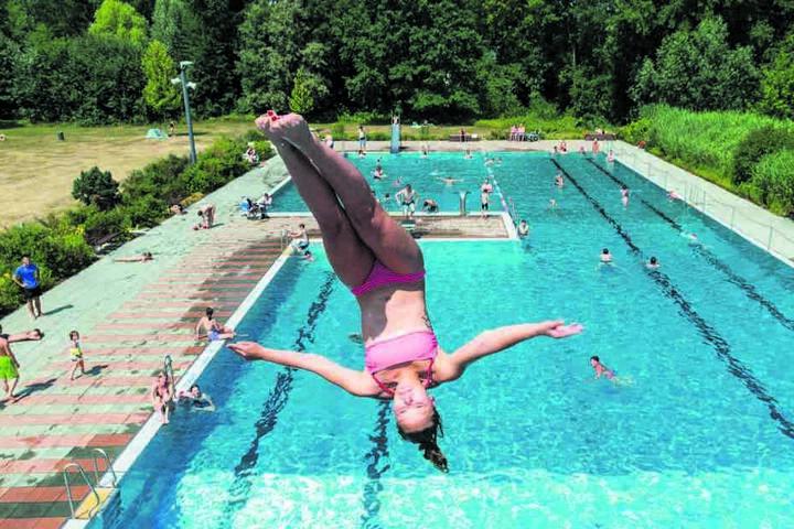 """Für diesen Sprung vom """"Fünfer"""" bekommt Pia (20) Bestnoten für Technik, Haltung und Eleganz. Zumindest von den staunenden Badegästen."""