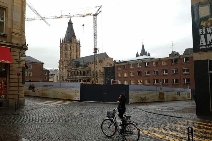 Das Kölner Rathaus ist umgeben von einer Baustelle.