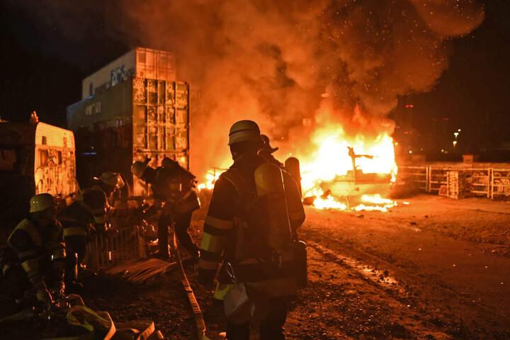 Auch ein Container fing Feuer.