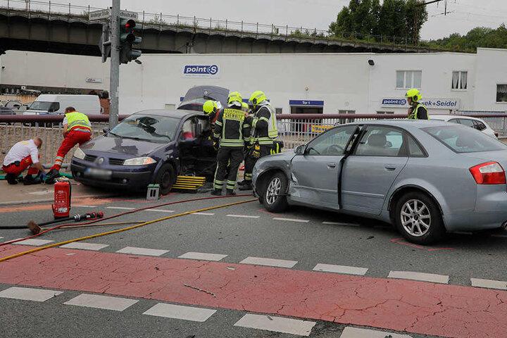 Die Autos wurden bei dem Crash schwer demoliert.