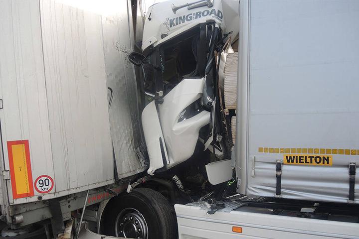 Bisher kann die Polizei zum Unfallhergang nur sagen, dass der Lkw auf ein Stauende auffuhr.