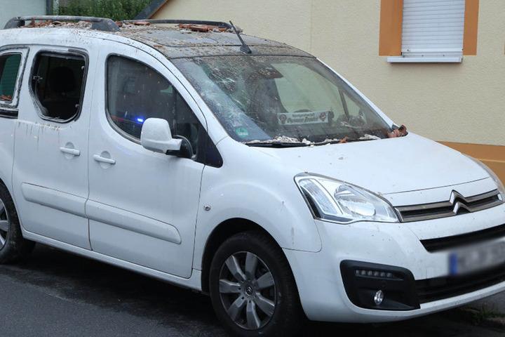 Auch das Fahrzeug wurde durch die Trümmerteile beschädigt.