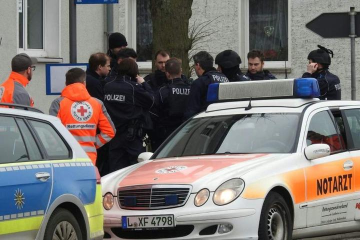 Zahlreiche Einsatzkräfte der Polizei und ein Notarzt waren vor Ort.