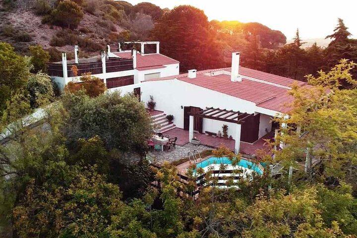 In dieser portugiesischen Villa fliegen die Promi-Fetzen. Von Luxus ist im Inneren übrigens weit und breit keine Spur.