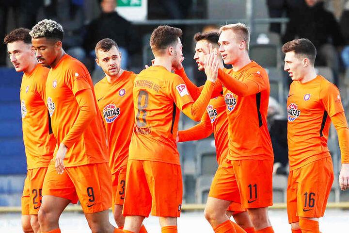 Die Spieler vom FC Erzgebirge Aue bejubeln die 1:0-Führung bei Hertha BSC.