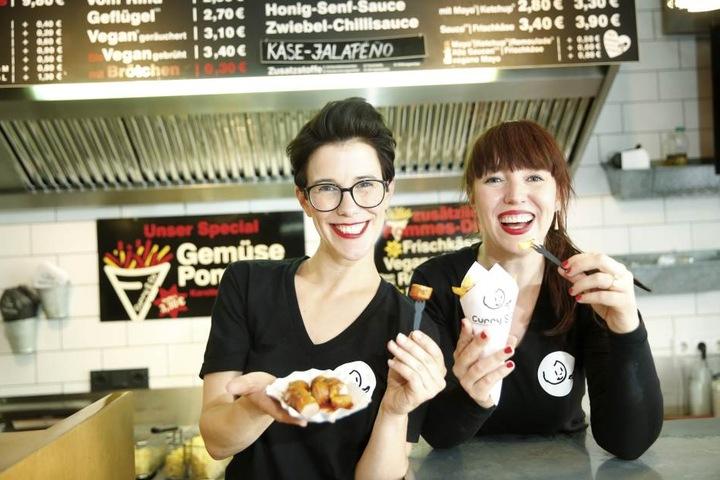 """Die """"Curry & Co""""-Schwestern Simone (36, r.) und Susanne Meyer-Götz (40)  verteilen an Bettentester Würstchen."""