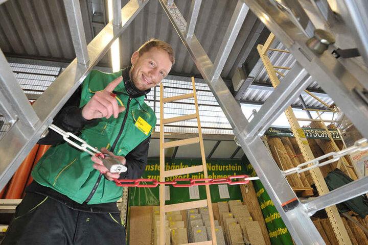 Er bindet die Leitern bei Leitermann zusammen … Udo Berger (28) will verhindern, dass Kunden am Freitag unter Leitern durchgehen.