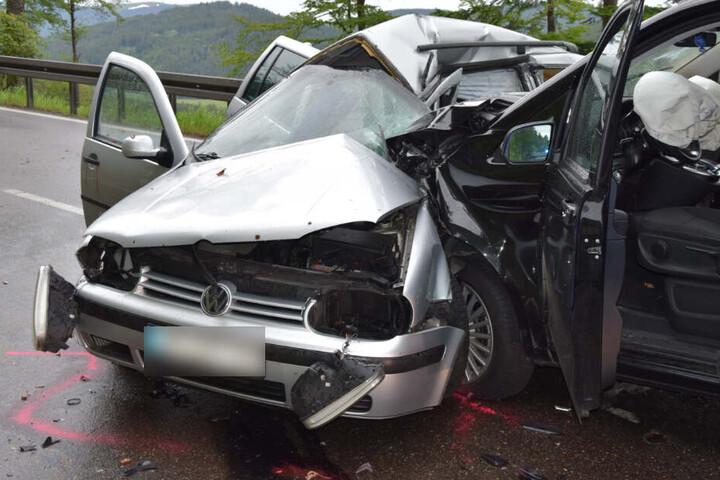 Völlig zerstört: Der 27-Jährige Fahrer des silbernen VW starb noch an der Unfallstelle.